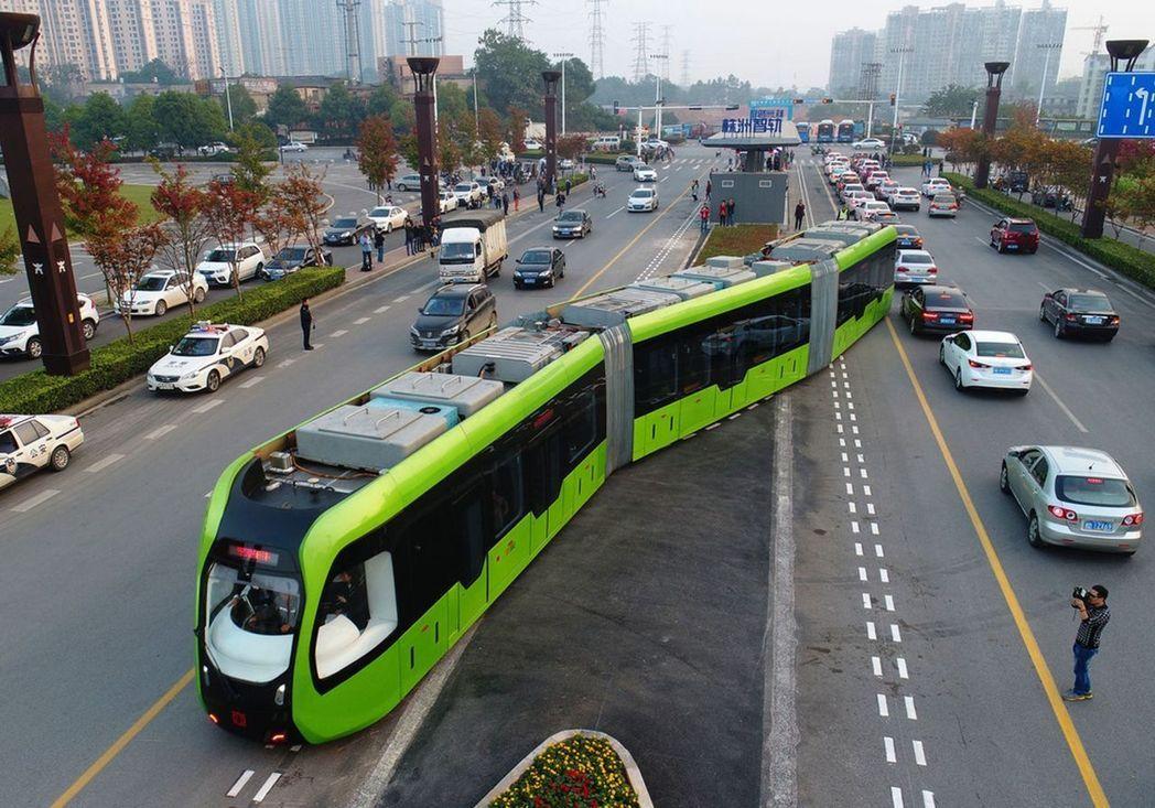 全球首列智軌列車在中國湖南開跑了